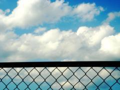 空とフェンス