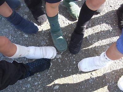 子どもたちは靴の上から靴下を履きます!! 私はこの光景がたまらなくおもしろい