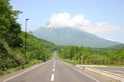 羊蹄山を望む。北海道らしい風景。