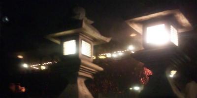 右の灯篭の左下に火の粉