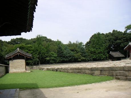 緑に囲まれた王様のお墓・・・。