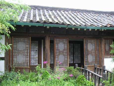 韓国らしい古いおうち。