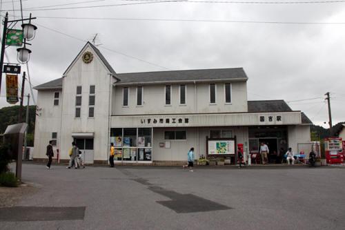 国吉駅駅舎と丸ポスト