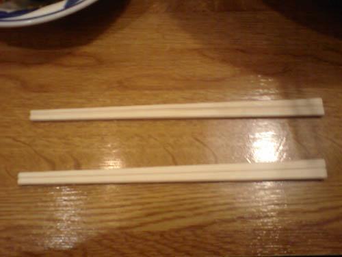 何の変哲も無い2本の割り箸、