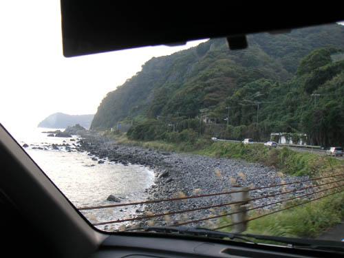 東伊豆を海岸沿いにひた走る。