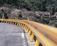 黄色ガードレール