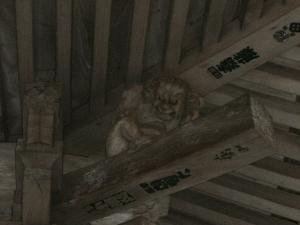 開山堂屋根の力士