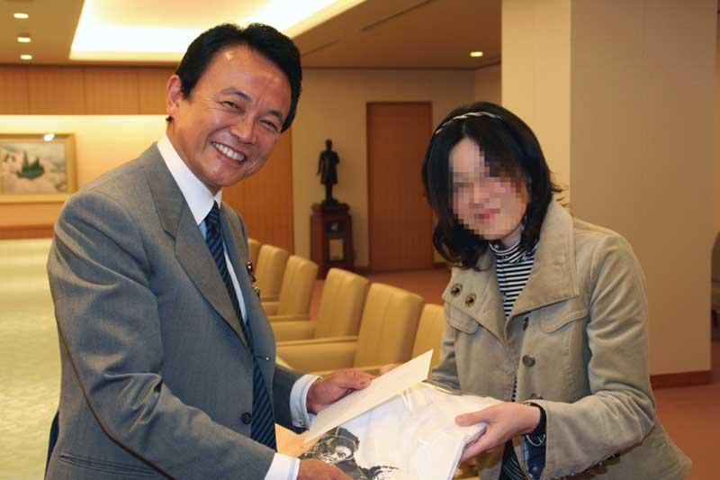 麻生太郎外務大臣に手紙渡す