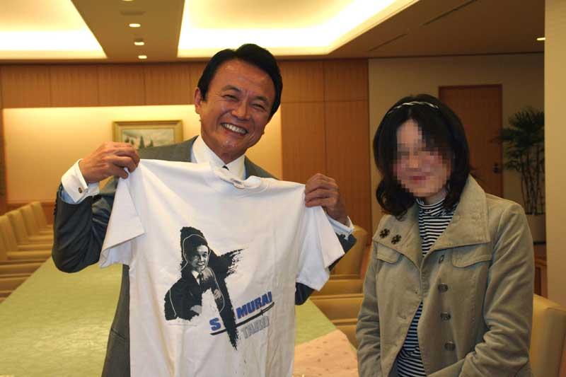 麻生太郎外務大臣にTシャツ渡す