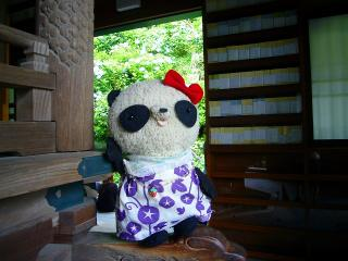 長谷寺の経蔵で一休み