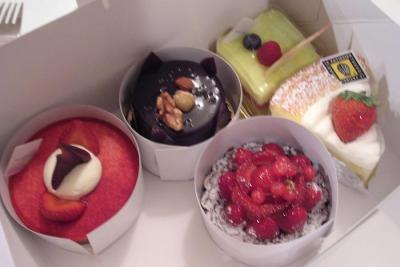 お土産にケーキを持って来てくれました!食後のデザートです!2007.9.13