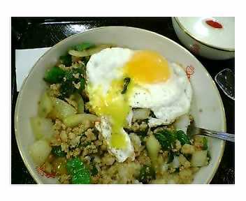 カーオ・パット・バイ・カパオ(鶏肉のバジル炒めご飯)