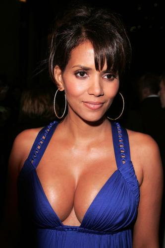1025_halle_berry_cleavage_02.jpg