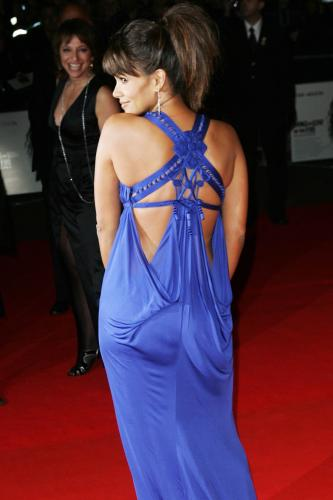 1025_halle_berry_cleavage_16.jpg