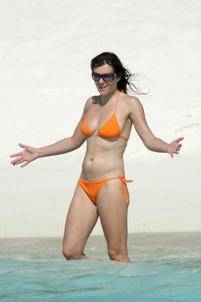 1029_elizabeth_hurley_bikini_01.jpg