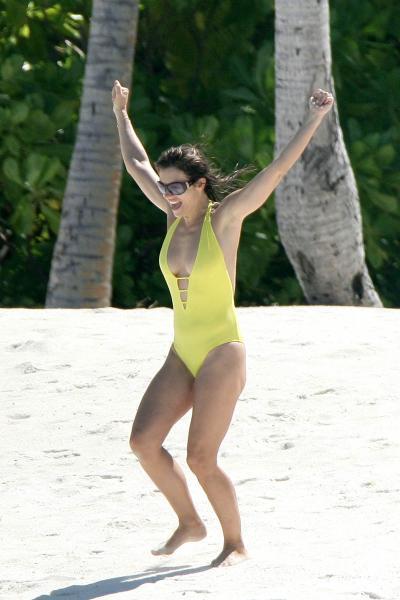1029_elizabeth_hurley_bikini_13.jpg