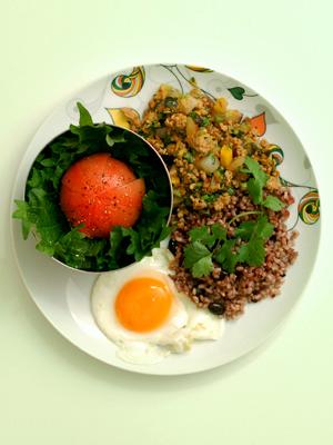 鶏挽肉のバジルとパクチー炒めご飯&丸ごとトマト