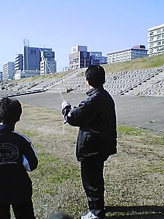 新年たこ揚げ主人と息子