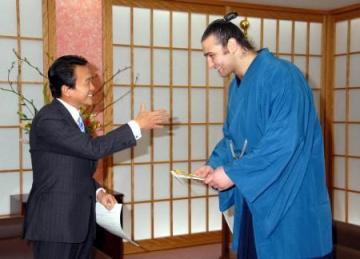 外交タロー:20060209ブルガリア相撲連盟への目録贈呈