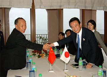 外交タロー:20061209日中外相会談inセブ島