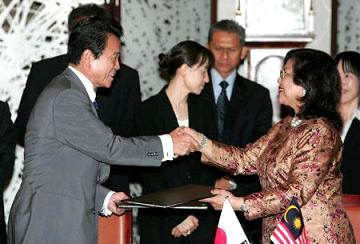 外交タロー:20060713日・マレーシア署名式