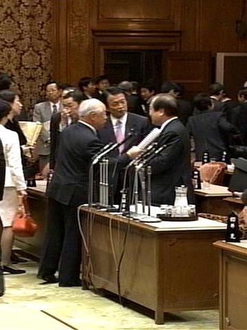 国会タロー:20070305参院予算委員会11「立ち話」