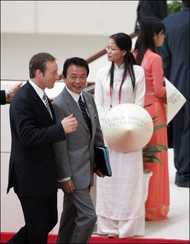 20061116カナダのマッケイ外相とAPEC会議へ向かう