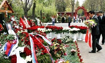 外交タロー:20070503モスクワのノボデビチ墓地にて1