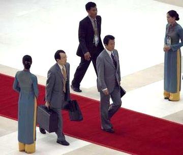 外交タロー:20061116APECの会議場へ向かう麻生さん