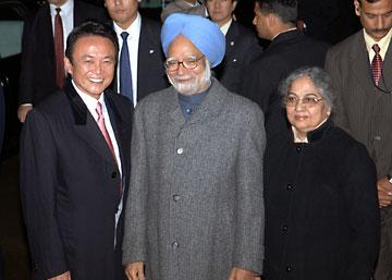外交タロー:20061213インドのシン首相夫妻と