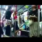 電車の中で身支度をする女性