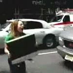 街中で車の荷物を叫んで捨てる女性