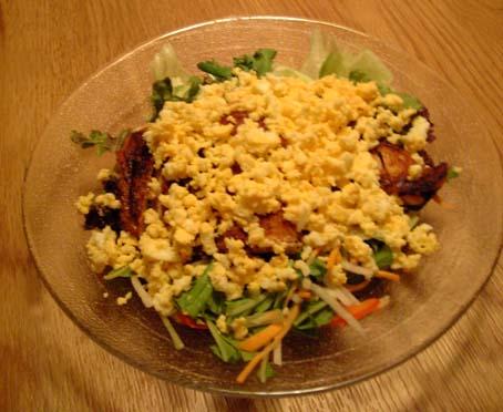チキンのパリパリ焼きとミモザの親子サラダ