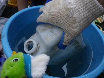 プラスチックごみを洗うトリピー