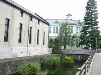 市役所別館と役所堀