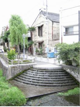 横山郷土館前