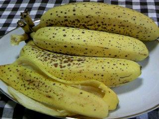 3本のバナナと皮。。。早よほかしっ