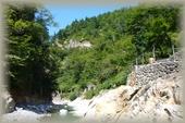 正面に蛇谷川、右上には露天風呂(気持ちよさそう~)