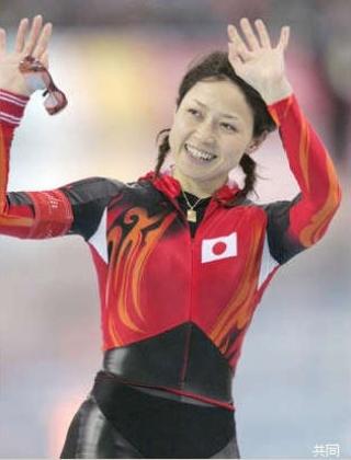 選手団団長も務める岡崎朋美は、500mで4位入賞