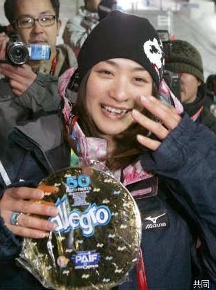 母親から貰った手作りの金メダルを手に、涙ぐむ上村愛子
