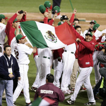 米国に競り勝ち、国旗を掲げ喜ぶメキシコナイン