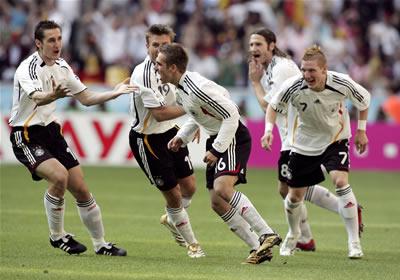 先制点を決めたラーム(中央)と喜び合うドイツイレブン