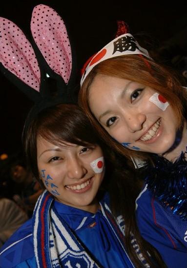 日本で声援を送るサポーター