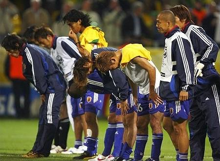 試合後、スタンドに頭を下げる日本選手達