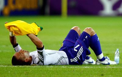試合後ピッチに倒れ込んで動かなかった中田英