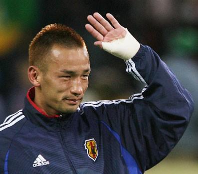 ドイツW杯のブラジル戦後、サポーターに挨拶をする中田英寿。これが現役最後の姿に。
