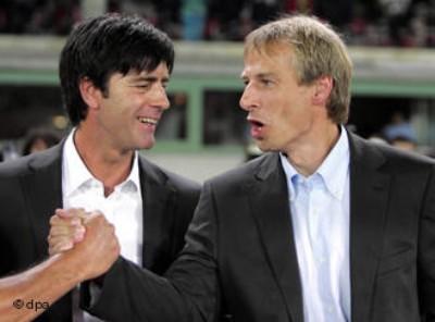 試合後に握手を交わすレブとクリンスマン