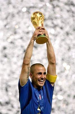 W杯を掲げるイタリア代表キャプテン、ファビオ・カンナバロ