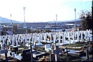 奥に見えるのがオリンピック・スタジアム。現在墓はサラエボ郊外に移されている