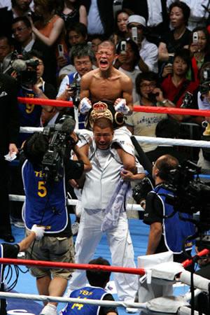 世界タイトル奪取に成功し、歓喜の雄たけびを上げる亀田興毅(上)と父・史郎トレーナー